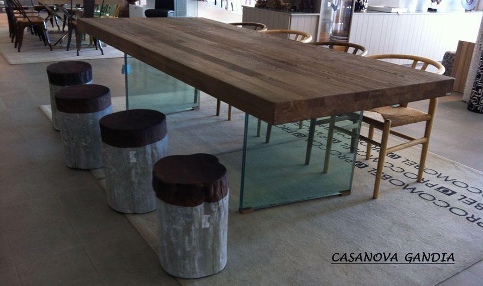 Mesa de comedor actual con patas de cristal