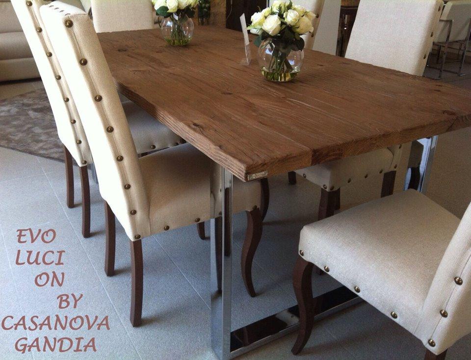 Mesa de comedor con patas cromadas, madera en bruto